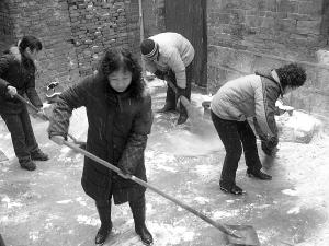 居民帮忙扫雪 独居老人心暖图片
