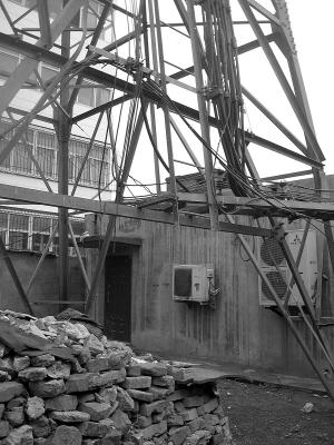 50米高信号塔可随意攀爬