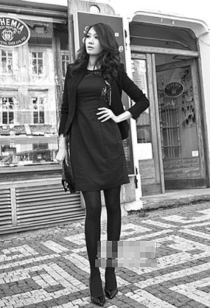 搭配黑色小外套同黑色系裤袜还有