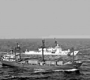 第二种是小船被用作自杀性爆炸工具;第三种是使用船只作为发射武器的