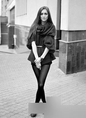 拼色格纹围巾+深灰色大衣+灰色鸭舌帽