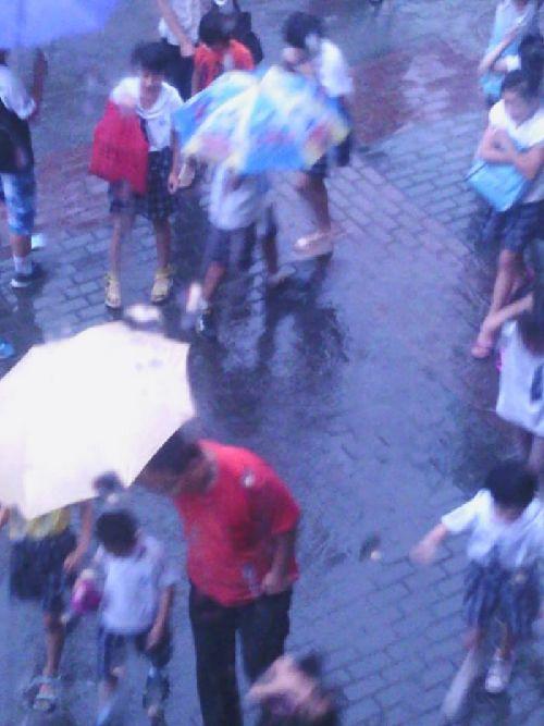 雨中男生被淋头像