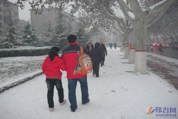 雪后送孩子上学的人们