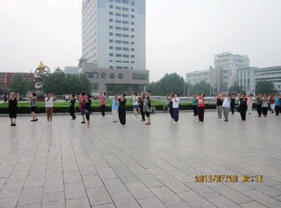 每天早晨新世纪广场有百人左右在跳佳木斯