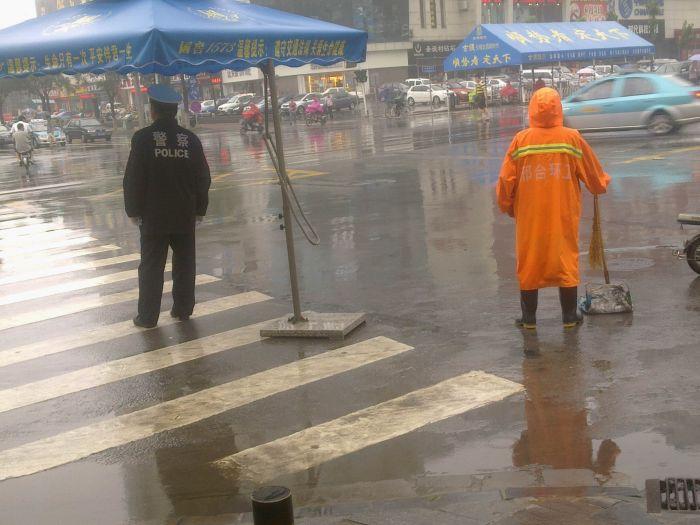 /enpproperty-->???? 7月2日,一场大雨将我们从闷热中解救了出来,恰逢周六,许多人选择了宅。下午,我出去买东西,走到路口,看到了难得框在一个镜头里的人。交警在雨中工作,环卫工人在雨中工作,还有更多的人在雨中工作着,你们都是雨中的卫士,都是最可爱的人。 ?