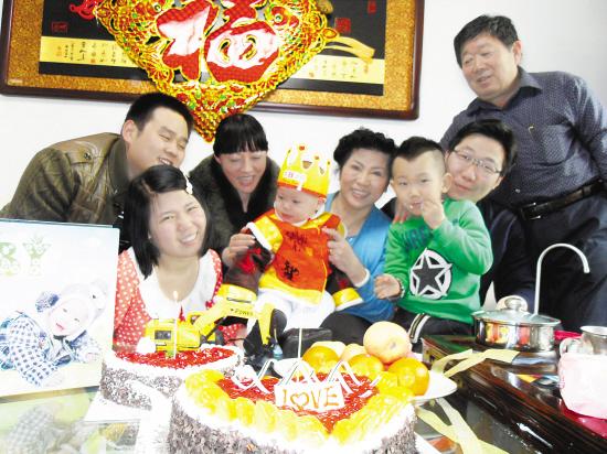 /enpproperty-->  宁燕全家开Party送祝福 提示   去年的农历正月廿一,龙龙被其亲生父母遗弃街头,而一年后的今天,他正幸福地依偎在宁燕的怀中,品尝着可口的生日蛋糕。3月2日,宁燕和家人以及市福利院的工作人员,一同为龙龙举办了一场生日Party,庆祝龙龙的周岁生日。   本报记者 刘东甲 文/图 弥足珍贵的哭照   为了庆祝龙龙的一周岁生日,几天前,宁燕特地带着他到照相馆拍了套写真。照片上的龙龙或爬或坐、或哭或笑,甚是可爱,将自己即将周岁前的每一个精彩瞬间留在了镜头中。宁燕告诉记者,