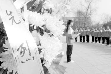 市第十中学学生在邢台解放纪念碑前向抗战英烈献花